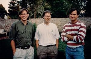 Po skončení jejich  historického rozhovoru pro Fortune, který se odehrál  uSteva doma, se Bill Gates  aSteve Jobs ještě nechali na  dvorku vyfotit sBrentem  Schlenderem. Dlouho bývali  sveřepými konkurenty  aopakovaně se jeden  druhému veřejně vysmívali,  ale inavzdory tomu nakonec  dospěli až ke vzájemné úctě.  © George Lange