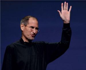Jobs mává davu shromážděnému na prezentaci iPadu2. Bylo to jeho poslední  představování výrobku Applu, psal se 2. březen 2011. O sedm měsíců později  Steve Jobs zemřel. © Paul Chinn/San Francisco Chronicle/Corbis